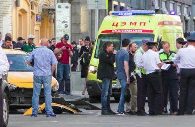 Таксист сбил людей на тротуаре